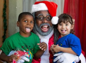 Papai Noel negro entrega presentes na Cidade de Deus