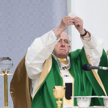 Papa Francisco diz em livro que padres gays devem largar o sacerdócio 'em vez de viver vida dupla'
