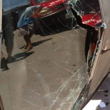 Carro capota e atropela três crianças em São Gonçalo; uma morreu no local