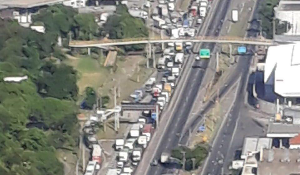 Carreta tomba e trava chegada ao Rio pela Dutra; motorista fugia de bandidos