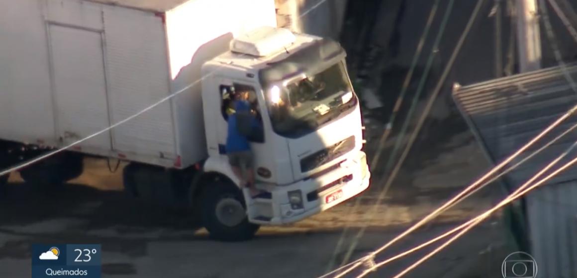 Imagens flagram roubos de carga no Rio; motorista e ajudantes ficam sob a mira de arma
