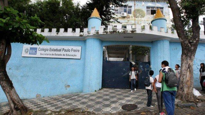 Governo do Rio quer colocar PMs armados dentro de escolas