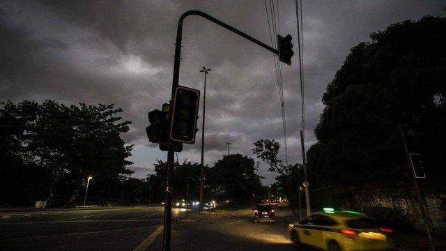 Cerca de 68 mil residências seguem sem luz no Rio devido às chuvas de quarta-feira