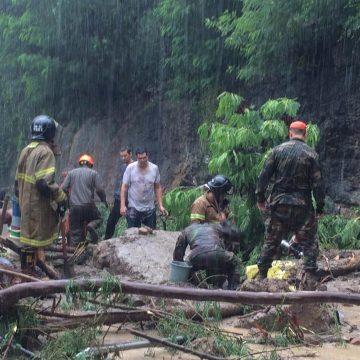 Bombeiros vasculham área onde GPS indica que há táxi em que estariam avó e neta desaparecidas