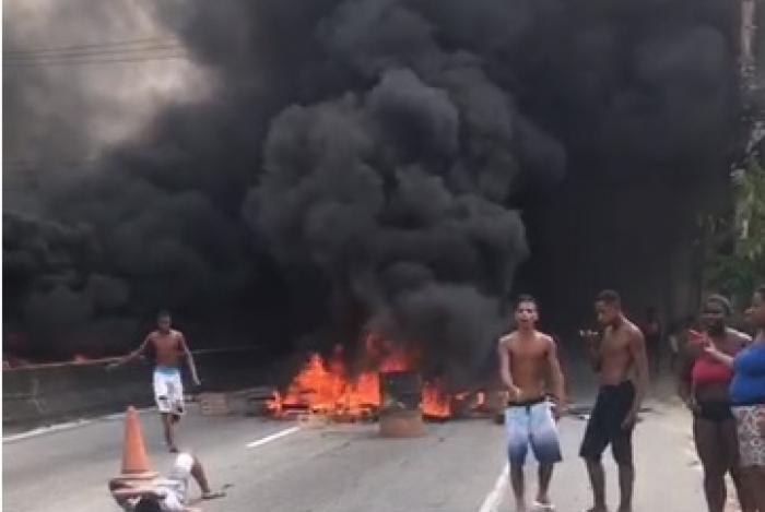 Protesto após ação do Choque interdita Rodovia Amaral Peixoto no Rio do Ouro