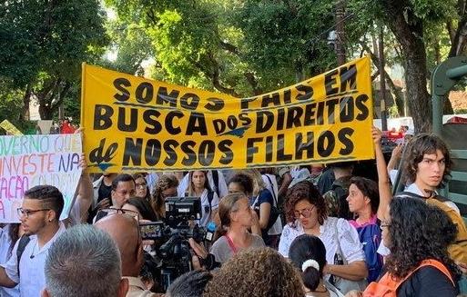 Visita de Bolsonaro ao Rio é marcada por manifestação contra cortes na educação