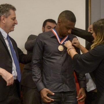 Aposentado, Juan é homenageado pelo Flamengo e recebe medalha na Gávea