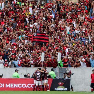 Com dois gols no fim, Flamengo vence Athletico e sobre para quinto