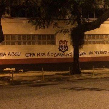 Copa Mick' e 'Fora Abeu': muros da Gávea são pichados após polêmica com diretor do Flamengo