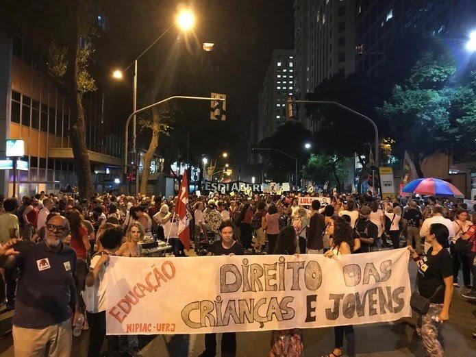 Manifestantes voltam às ruas por mais verbas para universidades