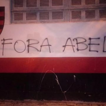Muros de sede do Flamengo são pichados com pedido de saída de Abel Braga