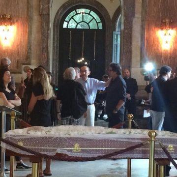 Fãs, parentes e amigos se despedem do ator Lúcio Mauro em velório no Theatro Municipal