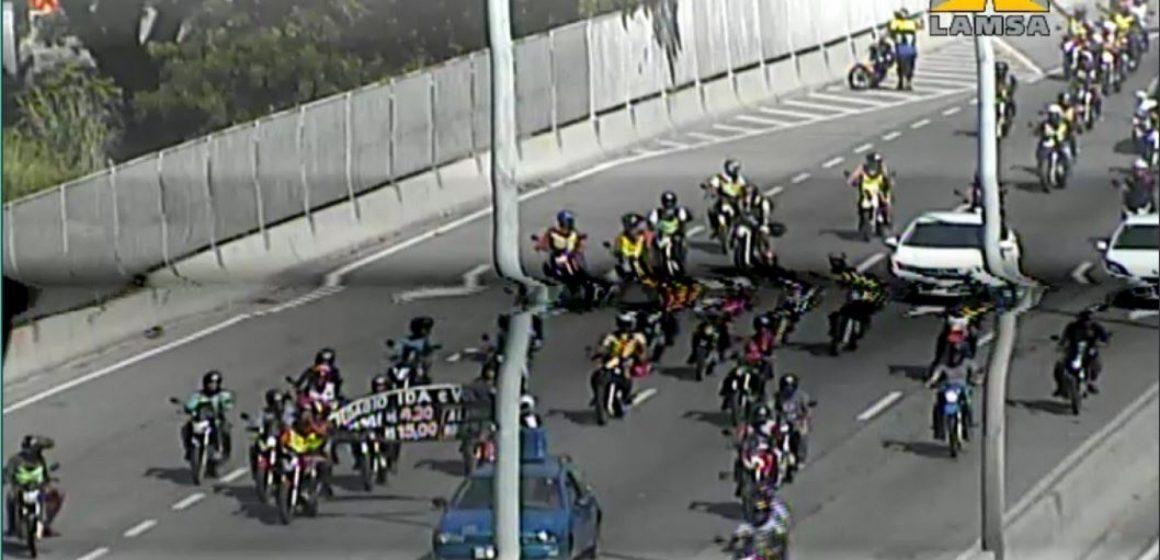 Mototaxistas fazem protesto na Linha Amarela contra cobrança de pedágio