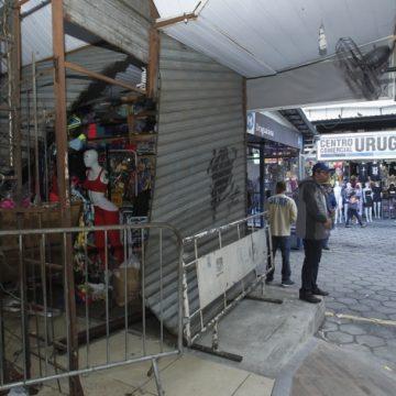 Carro invade calçada e atinge loja do camelódromo da Uruguaiana