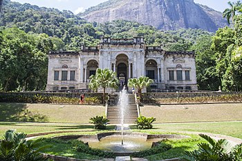 Bombeiros controlam incêndio em área de mata atrás do Parque Lage, na Zona Sul do Rio