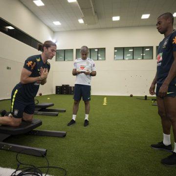 Filipe Luís e Fernandinho passam por exames e são dúvidas da Seleção para pegar a Argentina