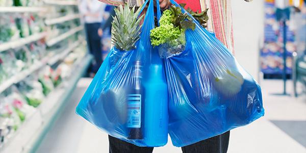 Sacolinhas plásticas serão proibidas nos supermercados a partir da próxima quarta-feira no Rio