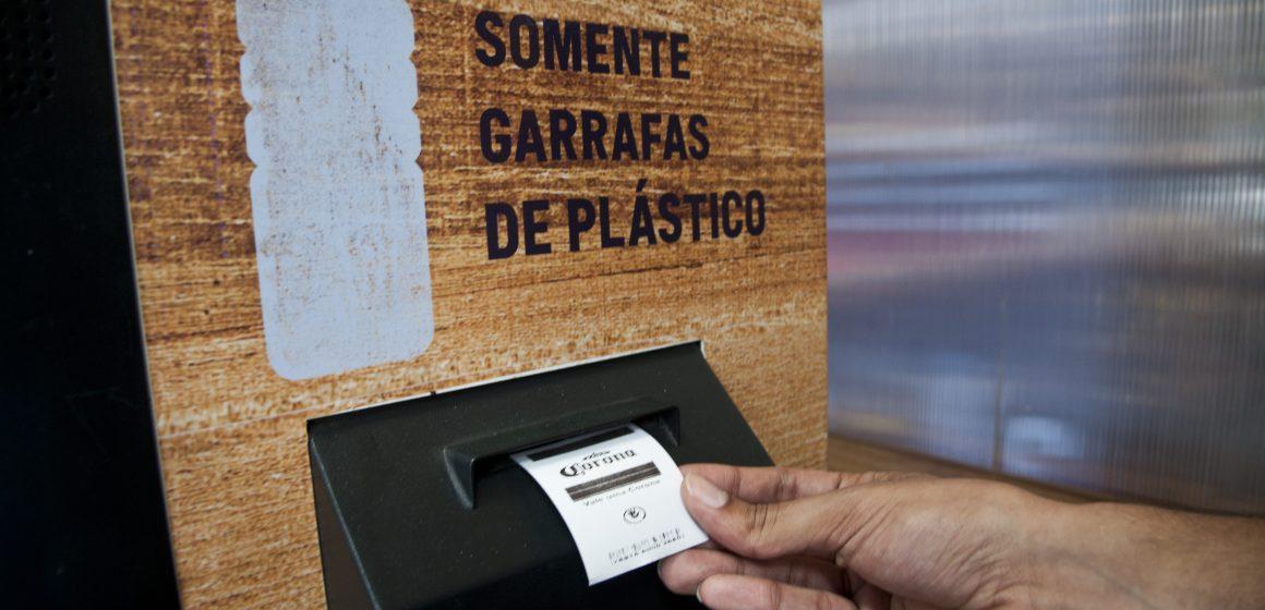 Consumidores pagam cerveja Corona com plástico reciclável na Semana Mundial dos Oceanos
