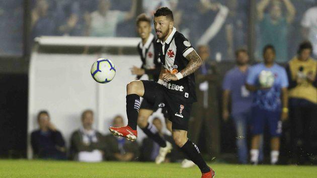 """Vasco abre boa vantagem sobre Internacional, """"fura a bola"""" no fim do jogo e, enfim, consegue a primeira vitória no Brasileiro"""