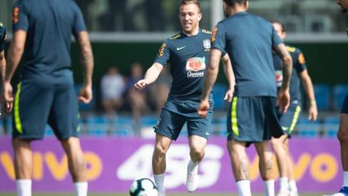 Após exames, Arthur está liberado para treinar na seleção; Fernandinho segue fora