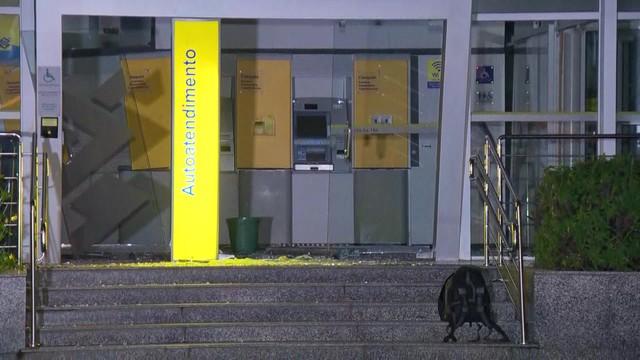 Criminosos armados com fuzis explodem agência bancária no Andaraí, no Rio