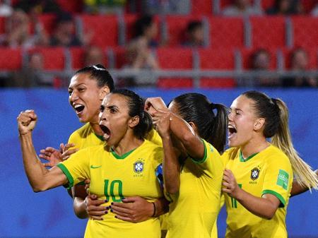 Brasil bate Itália com gol histórico de Marta e avança às oitavas de final