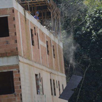 Termina demolição de mais um prédio com risco de desabamento na Muzema