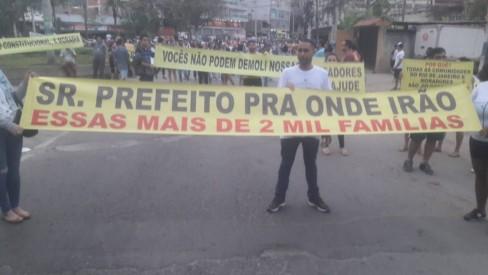 Moradores da Muzema fazem manifestação contra decisão da prefeitura de derrubar prédios