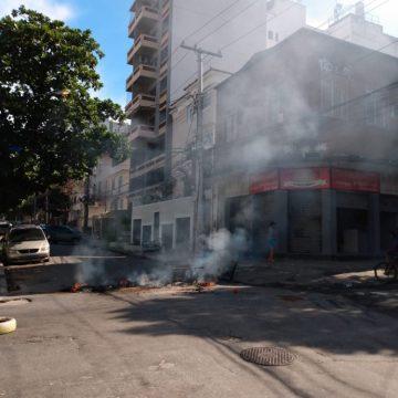 Policiais são atacados e moradora é baleada no Morro dos Macacos