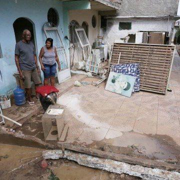 Atingidos por rompimento de adutora da Cedae, moradores pedem socorro em Nova Iguaçu
