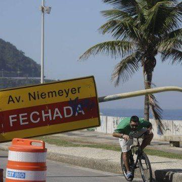 Interditada, Av. Niemeyer é ocupada por pedestres e vira espaço de lazer