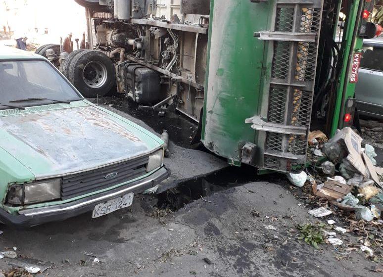 Caminhão de coleta de lixo desgovernado tomba caindo sobre uma casa no Centro de Nova Iguaçu