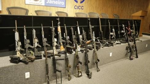 Polícia apreende 23 fuzis, 75 granadas e 8,5 toneladas de droga em operação na Maré