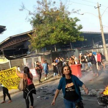 Protesto de camelôs interdita rua em Campo Grande, Zona Oeste do Rio