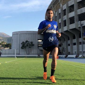 Jogador do Botafogo sofre parada cardíaca e sai desacordado para hospital