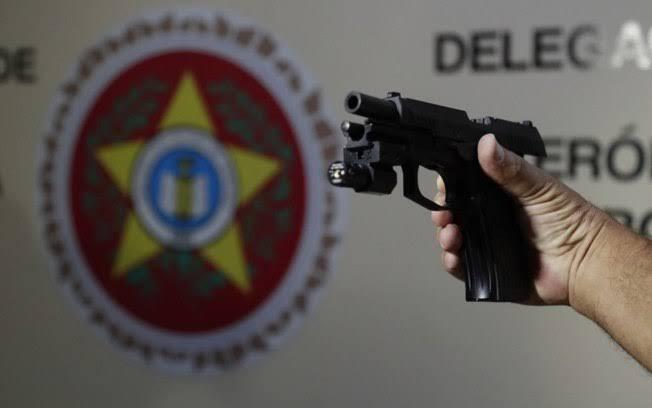 Pistola encontrada na casa da deputada Flordelis foi usada na morte de pastor, confirma perícia