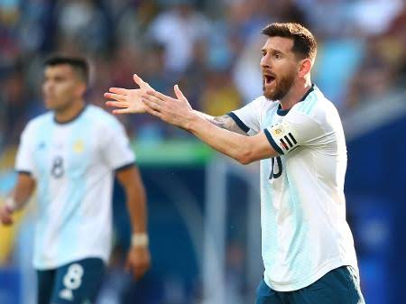 Messi detona arbitragem após expulsão, boicota premiação e alfineta Brasil