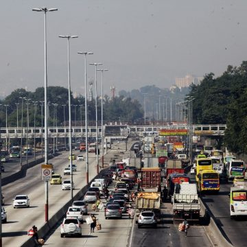 Pista central da Avenida Brasil é liberada após interdições