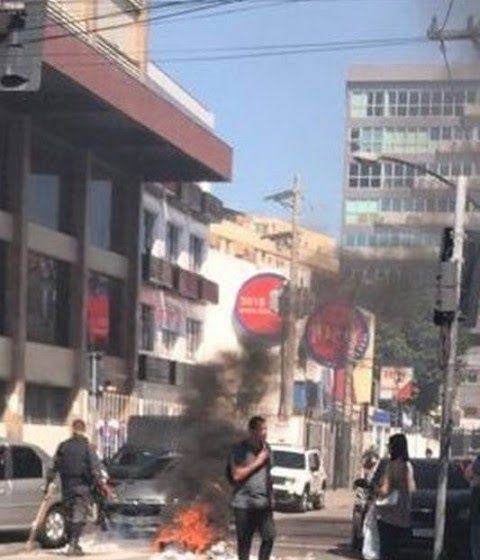 Ambulantes ateiam fogo em madeiras durante manifestação em Madureira