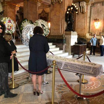 Aberto ao público, velório de João Gilberto é realizado no Theatro Municipal do Rio