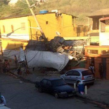 Caminhão desgovernado invade casa na Pavuna