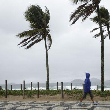 Chegada de nova frente fria no Rio trará chuva e ressaca do mar