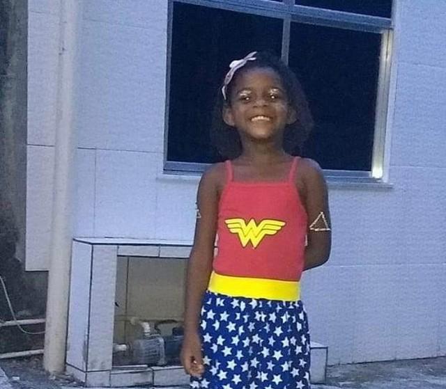 Corpo de menina torturada pelo pai é enterrado no Rio