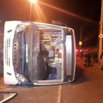 Ônibus cai de viaduto em Deodoro e deixa 14 feridos