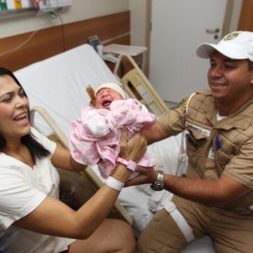 Presa no trânsito durante sequestro, grávida é levada por agente de moto para ter a filha