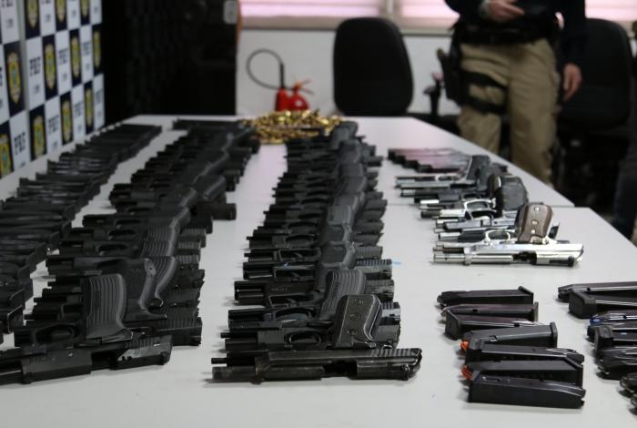 PRF aprende 27 pistolas e grande quantidade de munição em Vigário Geral