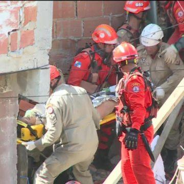 Após quatro horas, mãe e filho são resgatados de desabamento em Curicica