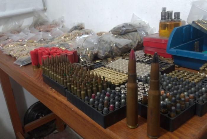 Polícia estoura fábrica clandestina de armas, munições e explosivos na Zona Norte