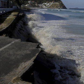 Trecho de ciclovia desaba na Praia da Barra com a força das ondas