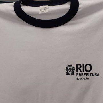 Prefeitura do Rio muda padrão de uniforme escolar e licita compra de tênis em R$ 48 mi